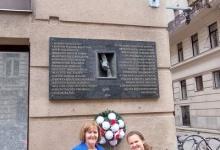 Wyrazy pamięci przy tablicy upamiętniającej Komitet Obywatelski ds. Opieki nad Polskimi Uchodźcami